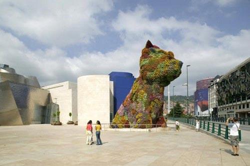 Вот это постарался садовник.  Огромная статуя медведя из цветов.