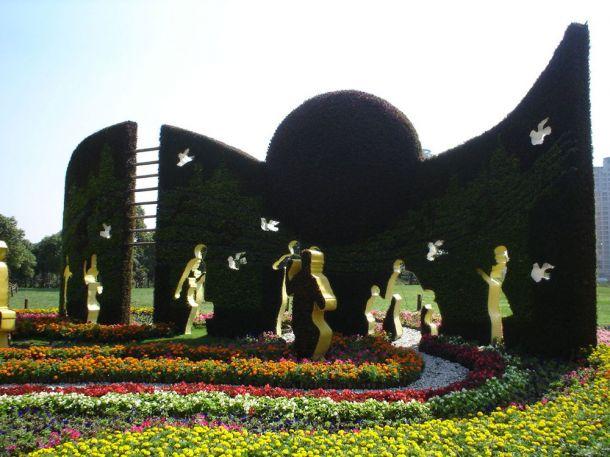 Скульптуры и фигуры из цветов: Рис.13