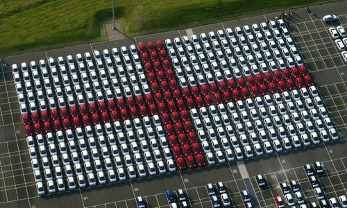 машин выставлены в английский флаг.